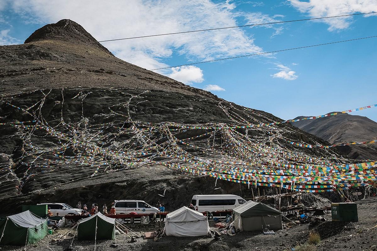 13. Сувенирный городок на смотровой площадке у водохранилища. Для многих тибетцев это единственный д