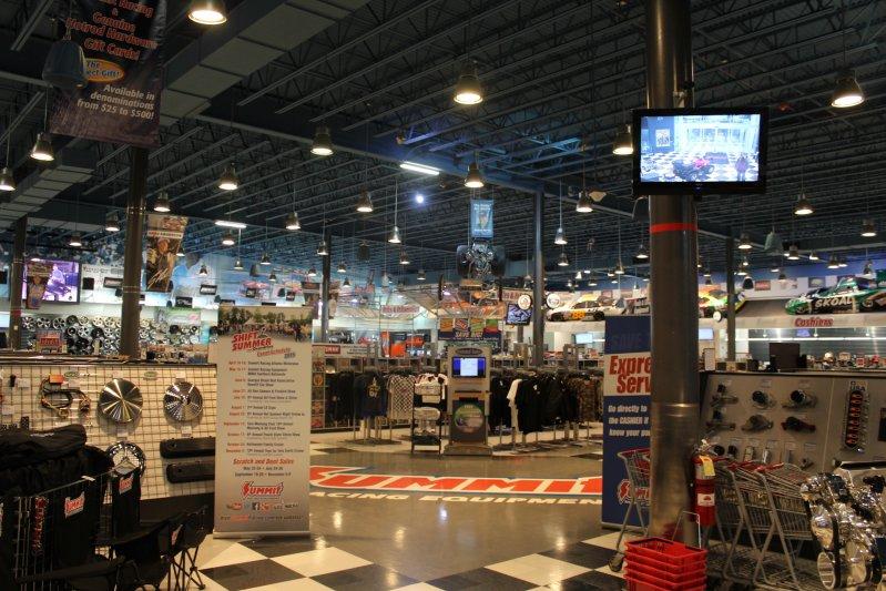 Справа от входа — экспозиция готовых двигателей из ассортимента магазина и редкий Shelby GT-H 2006 г