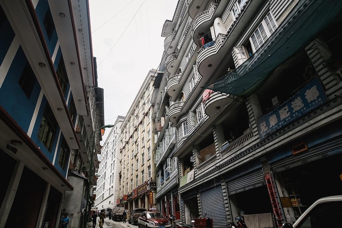 4. Жители в основном заняты торговлей с непальской стороной и обслуживанием туристов. Хотя есть у го