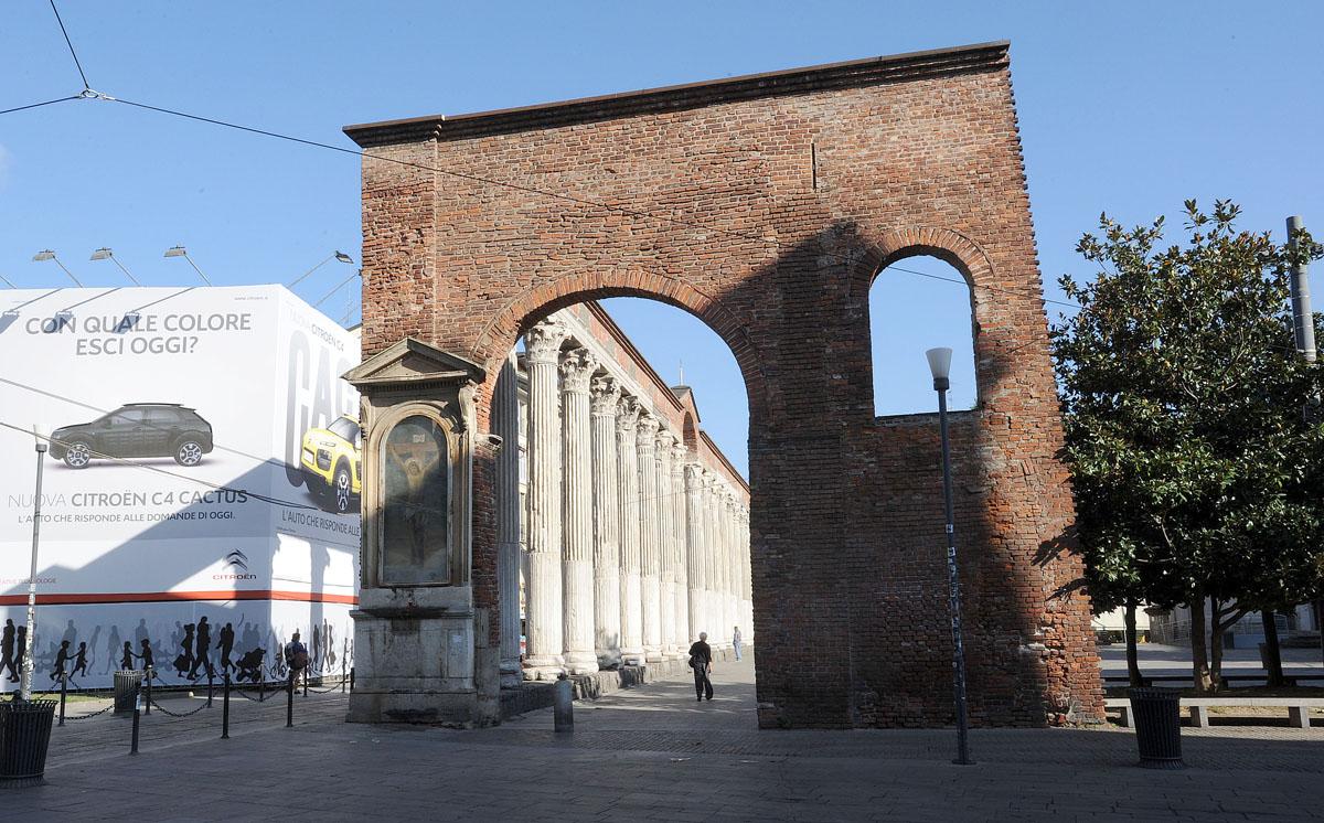 5. 16 коринфских колонн 3-го века, оставшихся, предположительно, от терм императора Максимилиана. Ря