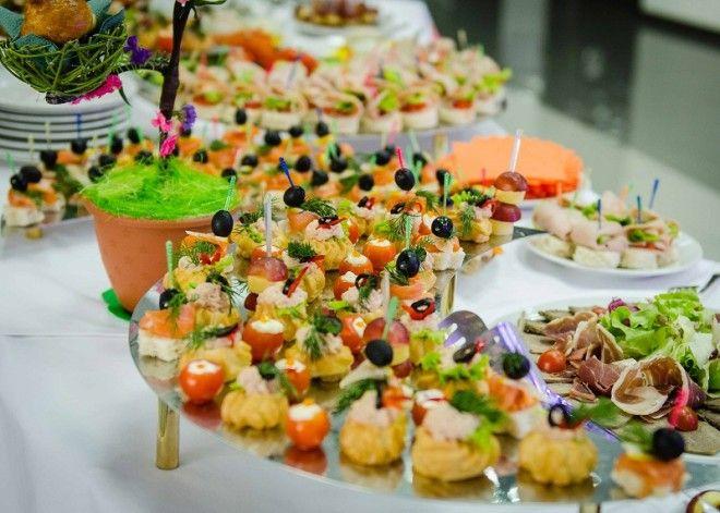 Первые блюда Супы бывают нескольких видов: бульоны или консоме, заправочные (борщ, щи), пюре. Бульон