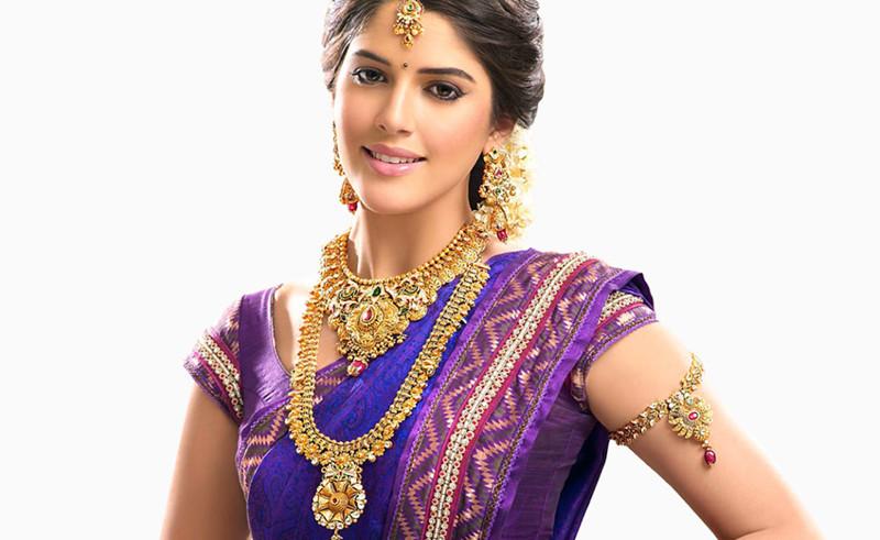 Больше всего золота осело в карманах индийских домохозяек. Этим скромным красоткам принадлежит около