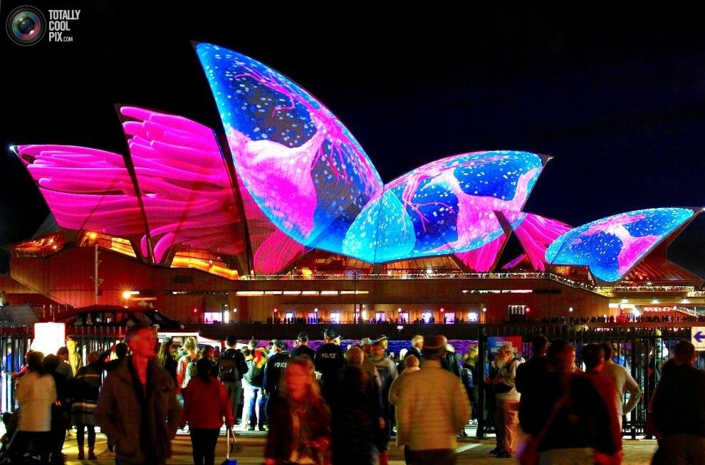 Подсветка Сиднейского оперного театра в день открытия фестиваля музыки и света Vivid Sydney.