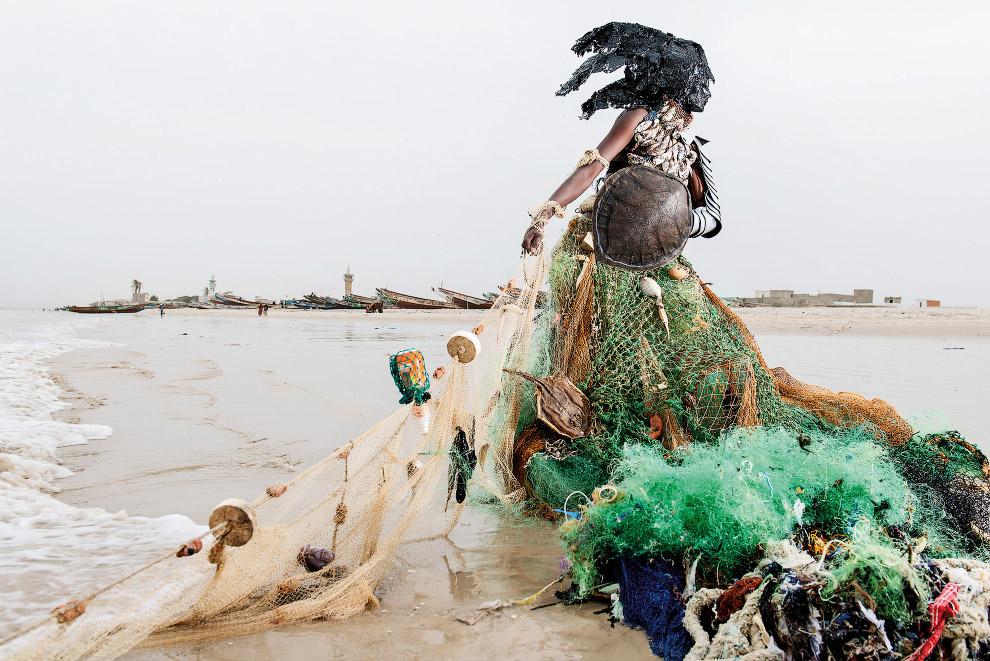 3. Сюрреалистические фигуры сделаны из предметов и мусора, найденных в каждом конкретном месте