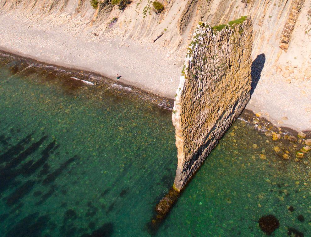 44. При толщине скалы немногим более метра, высота составляет более 25 метров, а длина — более