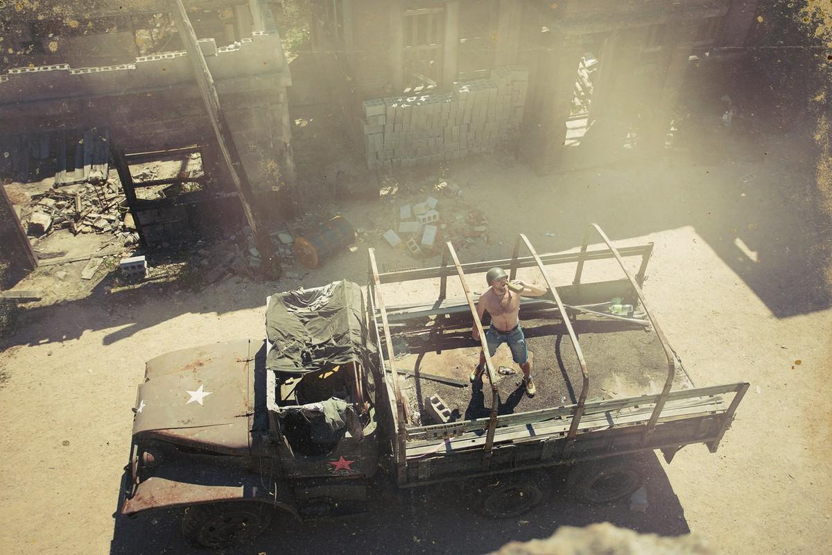 4. Старые афиши, украшающие город, опустевшие парикмахерские, смотр самодеятельности при пустом зале
