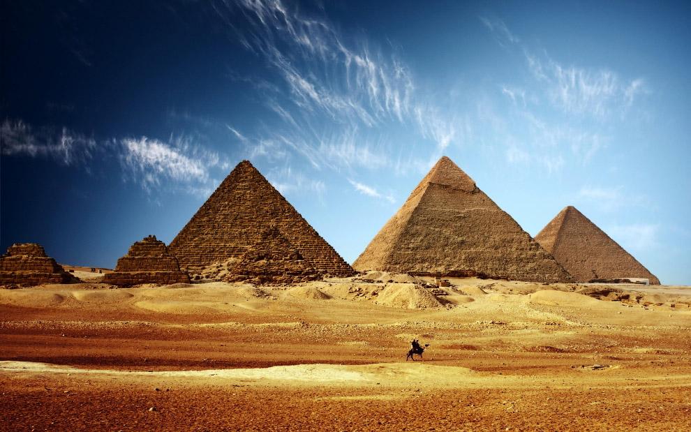 РЕАЛЬНОСТЬ. Увы, нет. Пирамиды стоят буквально посреди Каира.