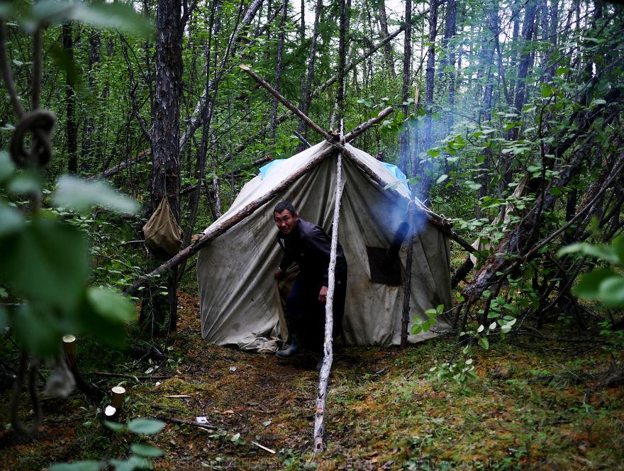 В темных палатках искатели отдыхают за игрой в карты, смотрят с телефона короткие популярные видео и