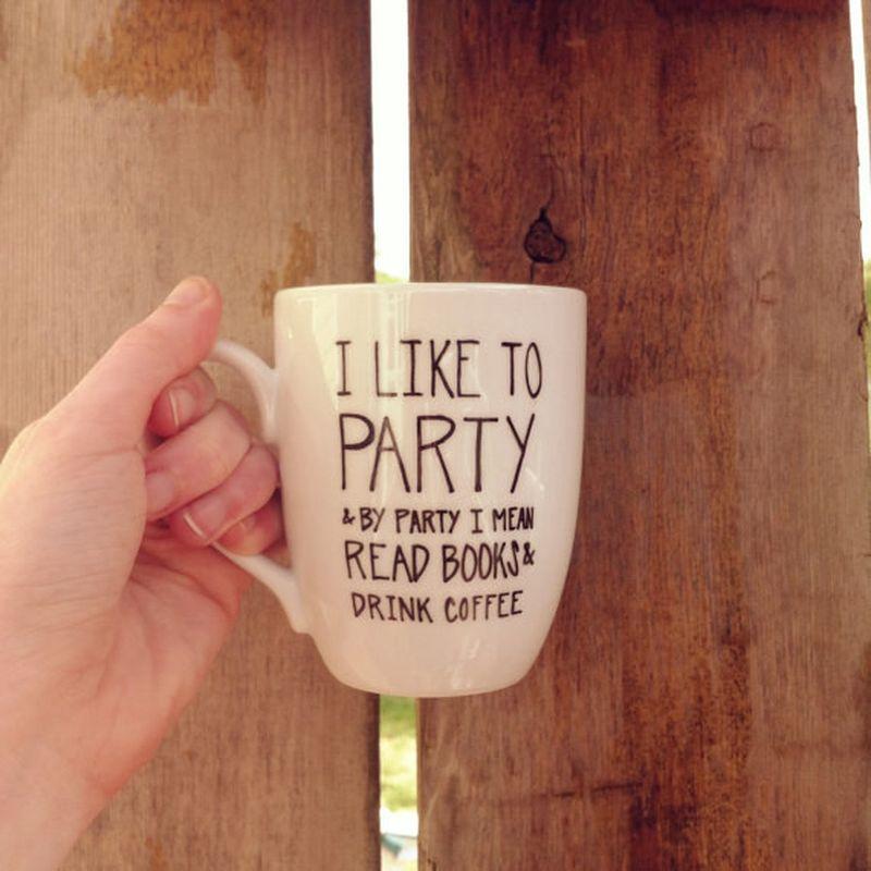 5. Кружка «Люблю тусоваться. В смысле читать книжки и пить кофе».