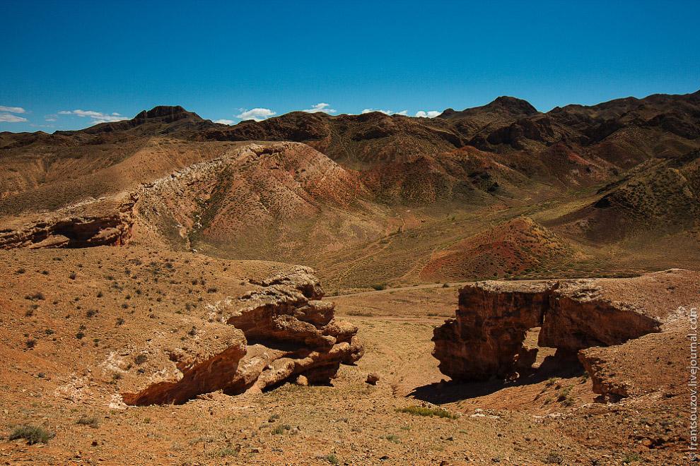 Чарынский каньон — красивейший памятник природы, сложенный из осадочных пород, возраст которых