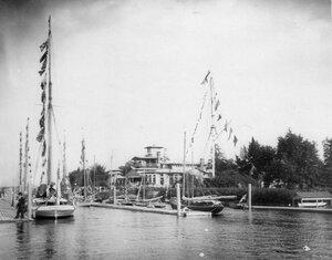 Яхты у здания клуба