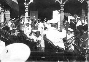 Император Николай II в окружении сопровождающих его лиц направляется к автомобилю
