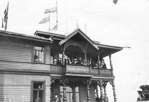 Французская военная миссия перед началом скачек на верхнем балконе павильона