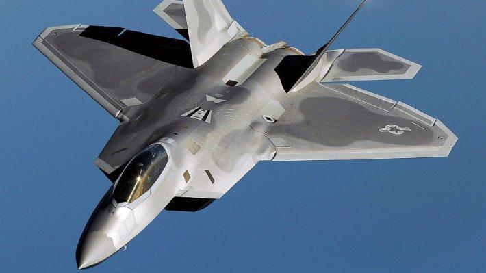 ВСША два истребителя F-22 сопровождали пассажирский самолет доаэропорта
