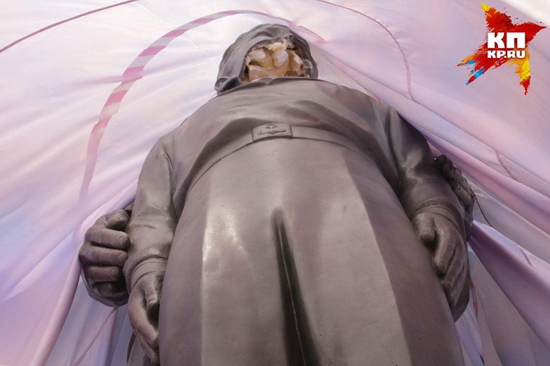 20170801_09-00-В Новосибирске памятник Николаю II и его сыну изрубили топором-pic6