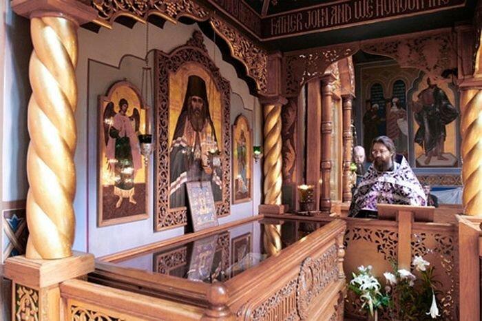 Святитель Иоанн (Максимович) У мощей свт. Иоанна (Максимовича)
