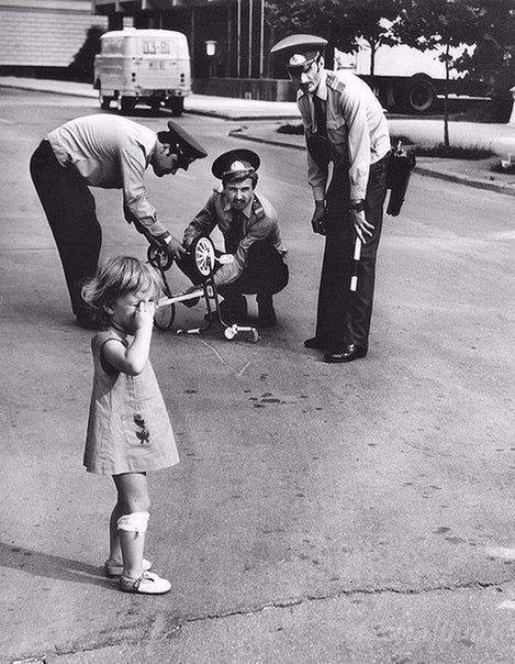 Милиционеры ремонтируют сломанный велосипед плачущей девочке. 1980 год.