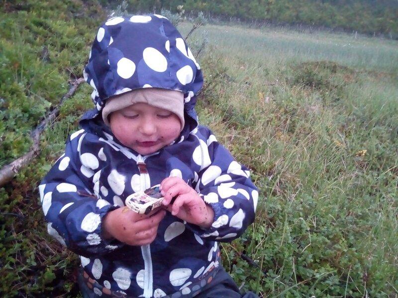 ребенок нашел в лесу машинку