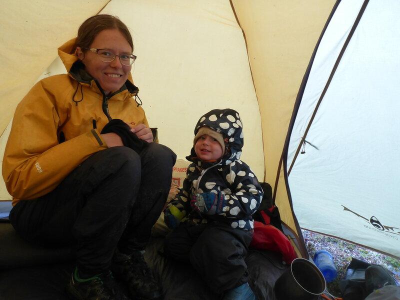 маме и ребенку холодно в походе