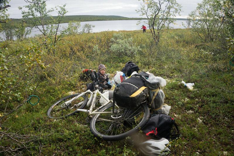 привал у озера в велопоходе