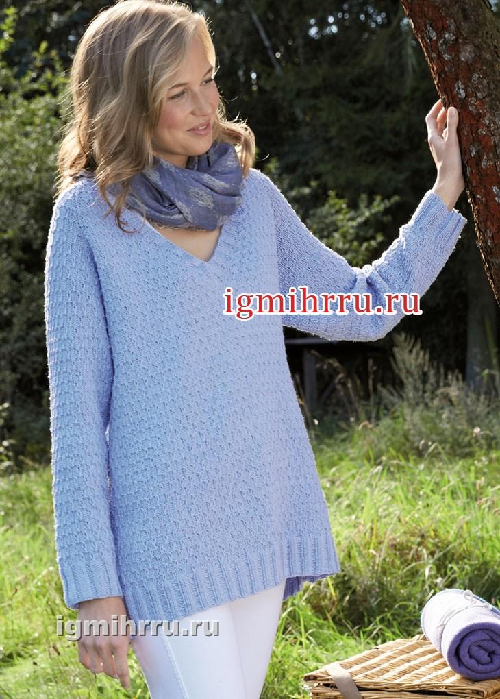 Удлиненный голубой пуловер с узором из вытянутых петель. Вязание спицами