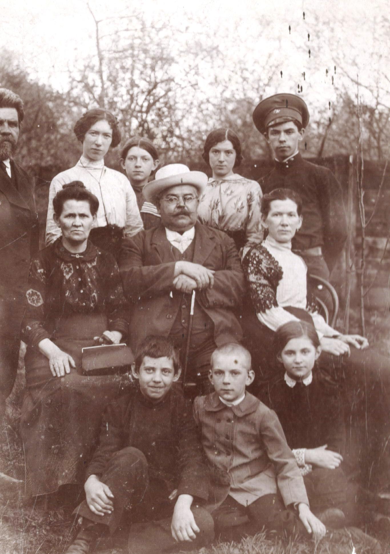 Портрет семьи Тагуновых в саду дома. 1910-е