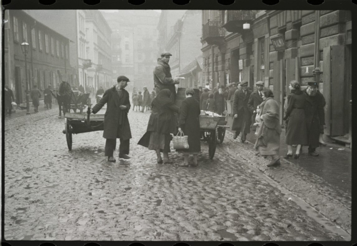 Торговец продает яблоки в еврейском районе Варшавы