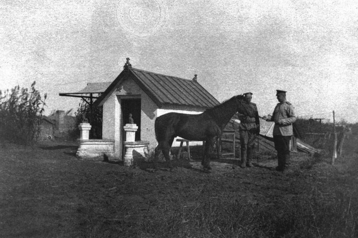 Харбин. А. И. Бренинг (справа) около своей палатки. 1904-1905