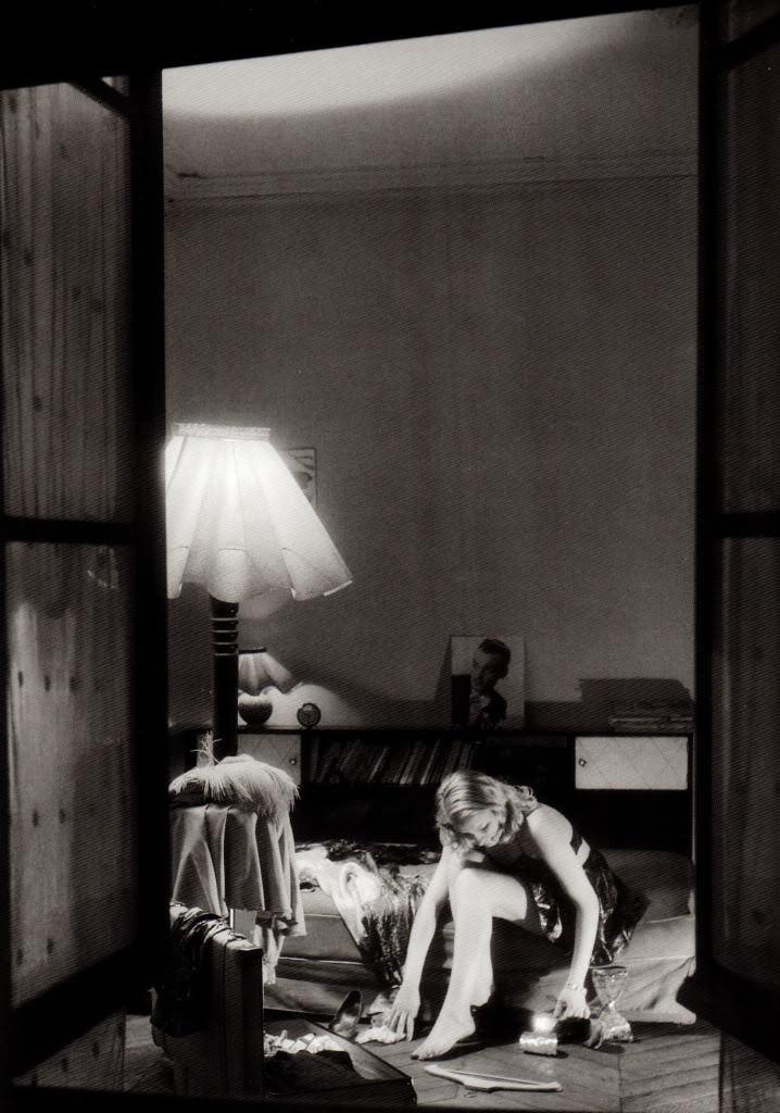 1946. Молодая девушка, сидящая на своей кровати, увиденная через ее открытое окно, Париж