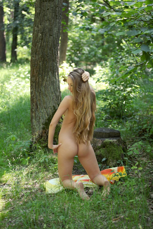 Обнаженная Frances позирует в лесу