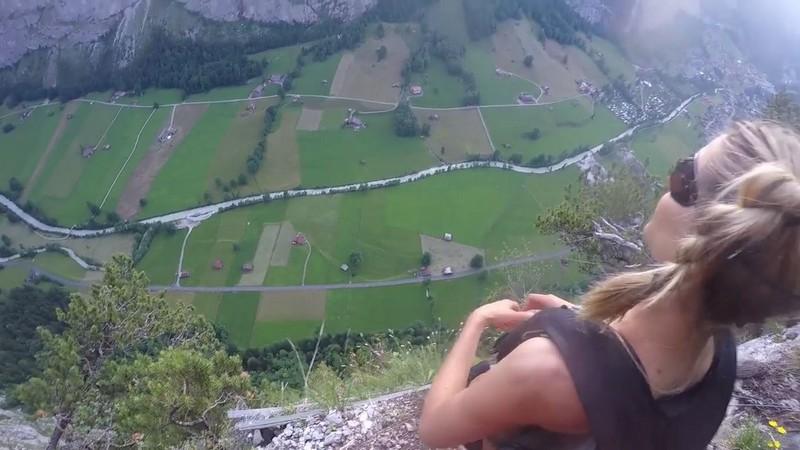 Экстремалка спрыгнула со скалы с парашютом совершенно голая