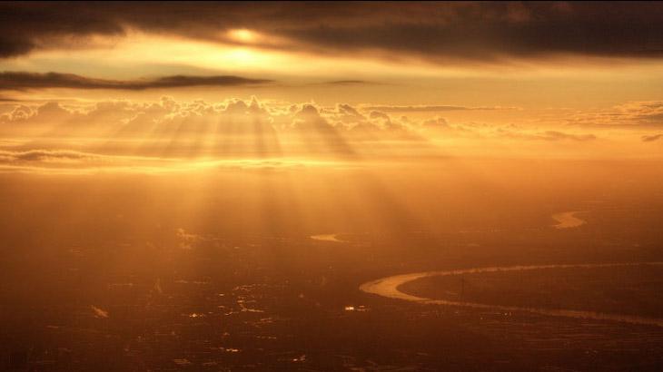 Закат из окна самолета. (Фото MARK HERSCH):
