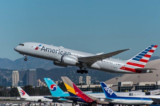 © commons.wikimedia  Американские авиалинии Braniff Airlines, заменив всалонах своих самолето