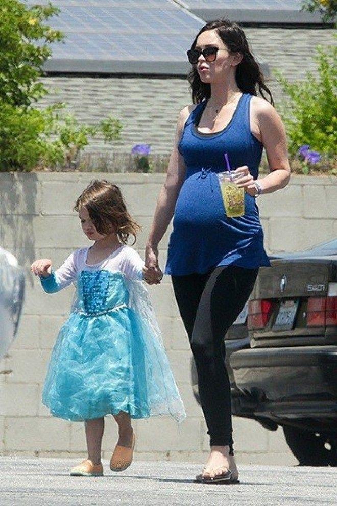 Актриса росла в строгой семье, и, дабы избежать закомплексованности сыновей, она позволяет им носить