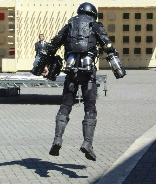 Полетели! Двигатели костюма установлены в районе нижней части спины пилота и на каждой его руке. Они