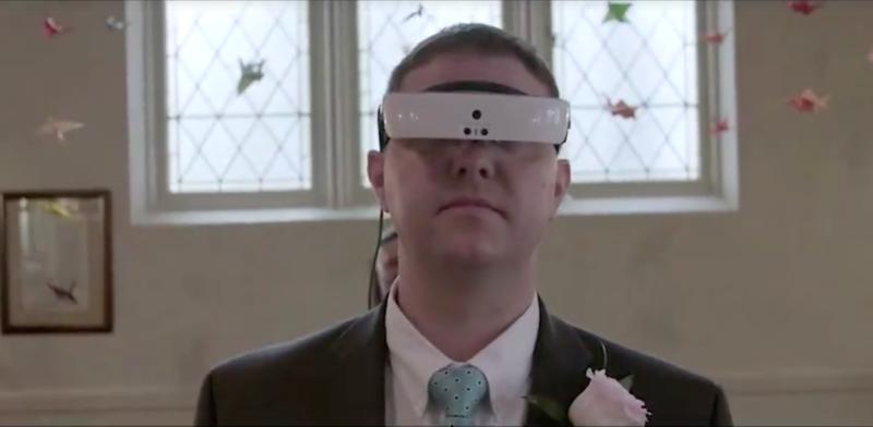 Компания eSight подарила Эндрю шанс повторить свадьбу, но уже с помощью смарт-очков, чтобы он мог ви