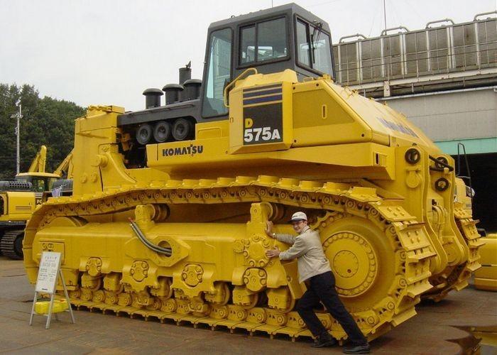 Специалисты называют Komatsu-D575A «королем карьеров». Этот бульдозер японского производства широко