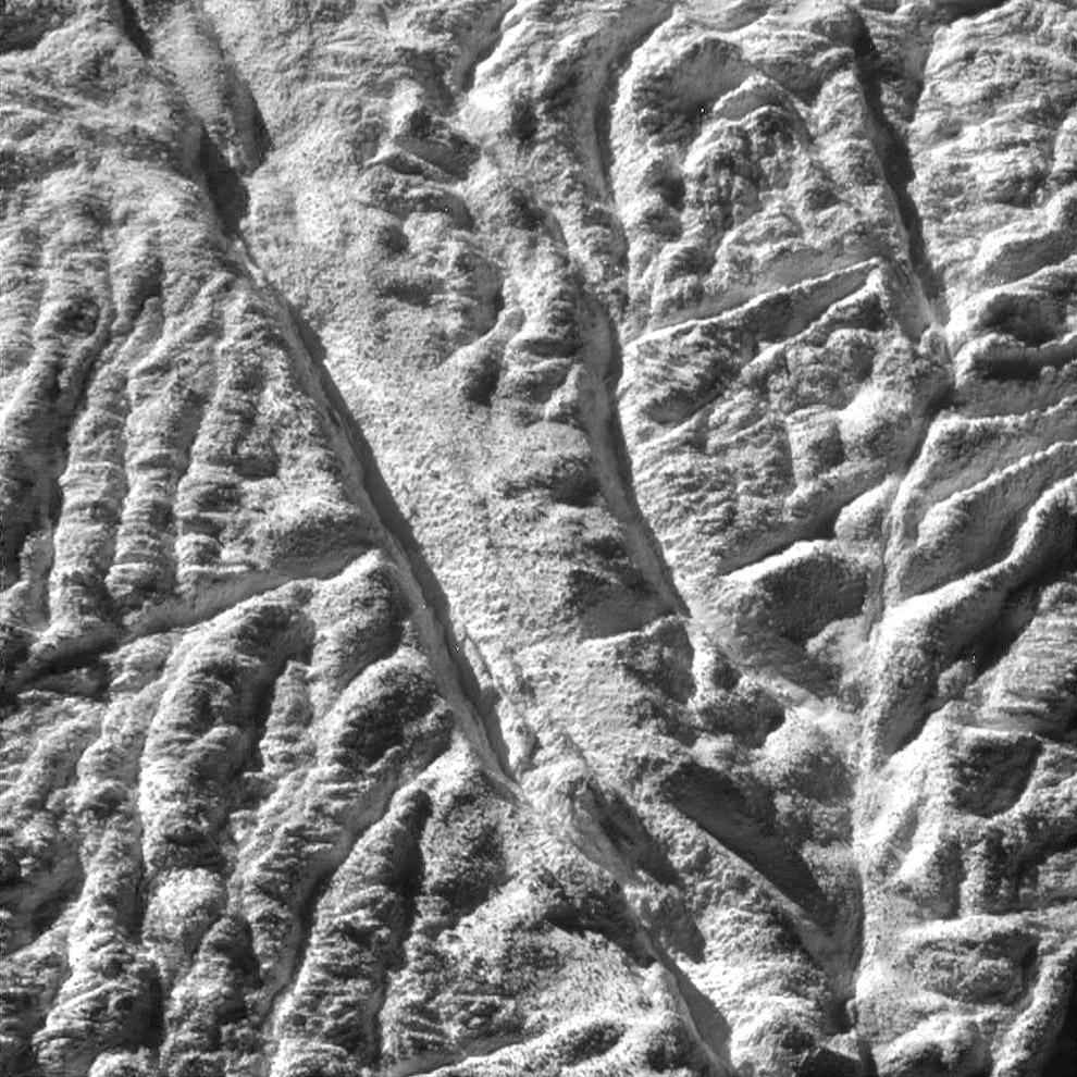 5. Диона — естественный спутник Сатурна. Возможно, когда-то Диона была развёрнута в результате