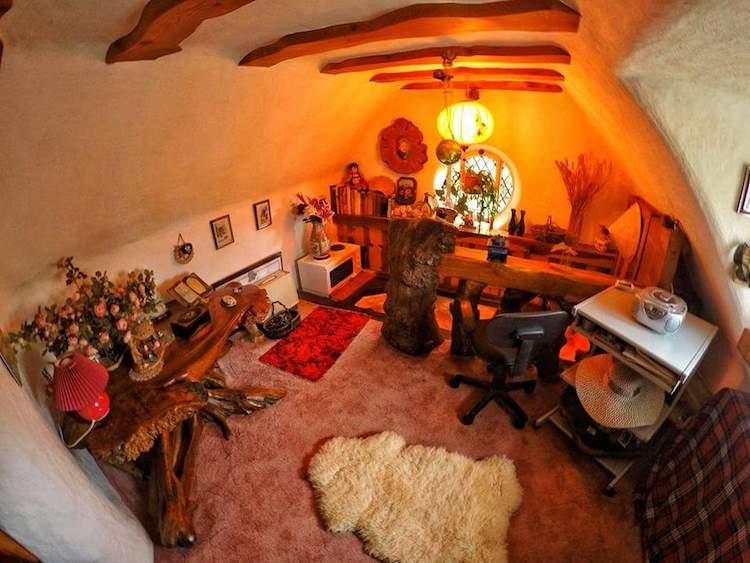 Фанат Толкина своими руками построил дом хоббита и 20 лет живет в нем