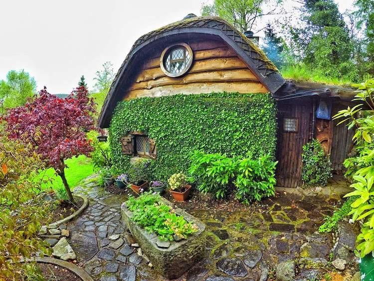 Около домика есть сад с небольшим прудом.