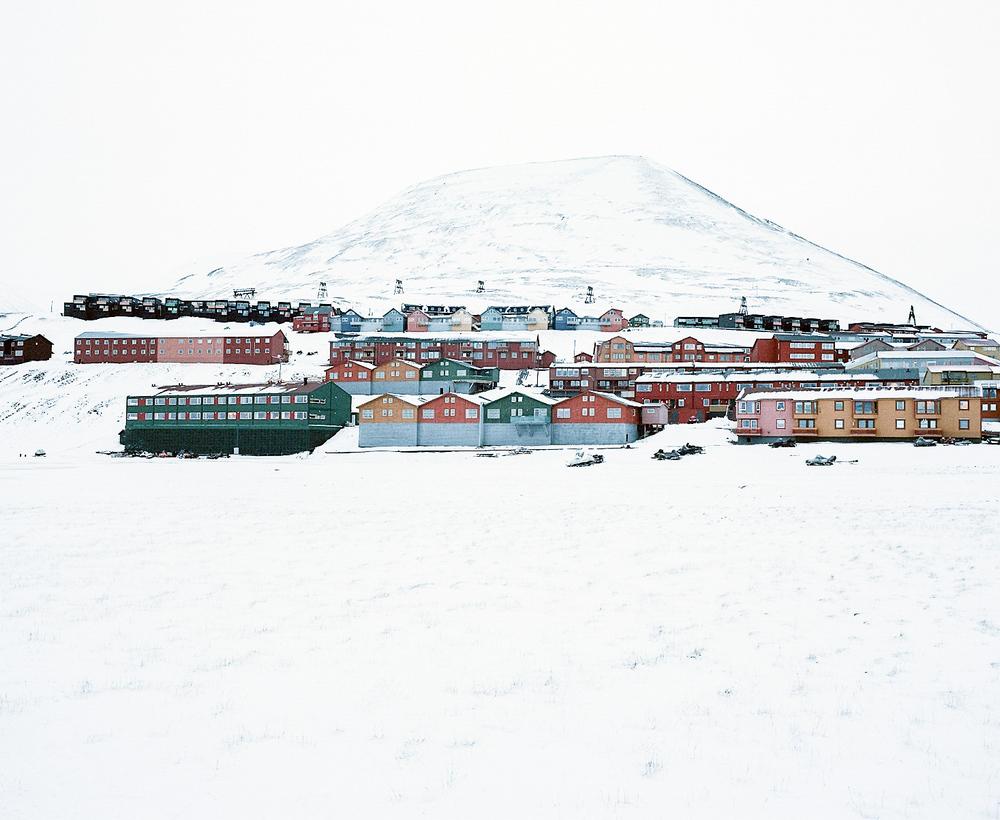 «Это ненастоящая жизнь»: фотопроект о самом северном городе в мире, где запрещено умирать