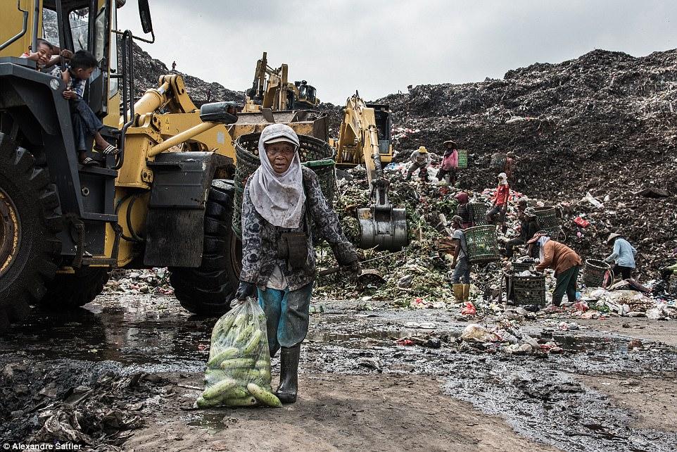 «Когда я приехал на свалку Bantar Gebang, я увидел, что там живет много семей. Мой самый большой шок