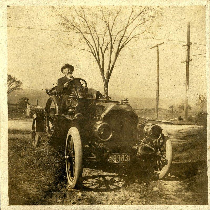 София и Лаура в автомобиле Halladay, август 1910