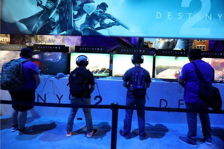 Девушки играют в компьютерные игры.