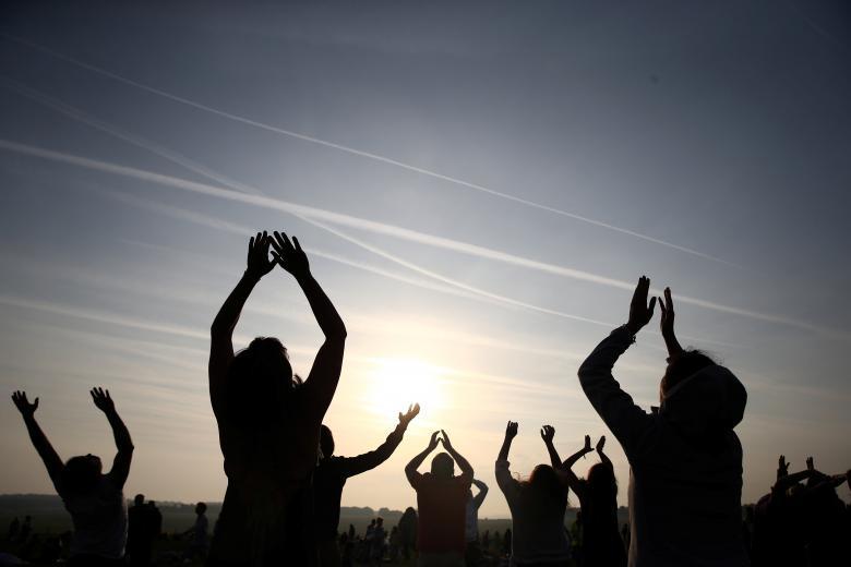 Празднование дня летнего солнцестояния возле Стоунхенджа