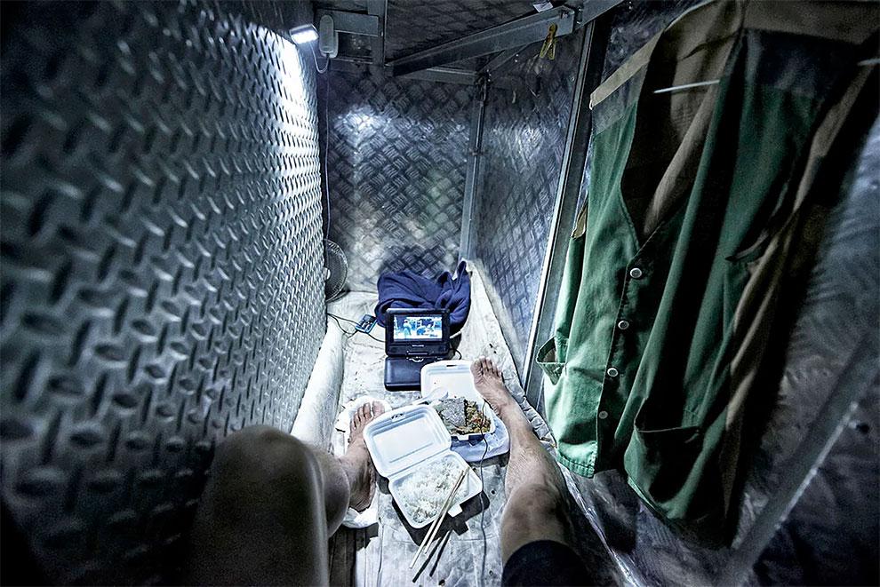 Жизнь в коробке: внутри гонконгских крошечных квартир (11 фото)