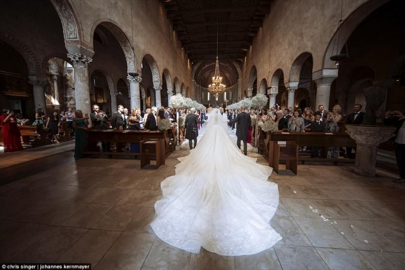 Пара обменялась кольцами в соборе в итальянском городе Триест. Свадебное торжество продолжалось три