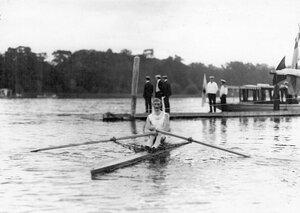 Участник состязаний в лодке у лодочной станции.
