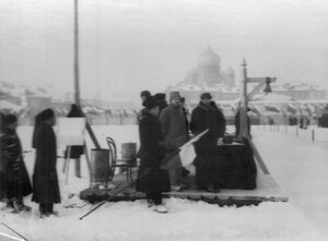 Члены комиссии по проведению соревнований на коньках (на заднем плане Введенский собор на Загородном проспекте).