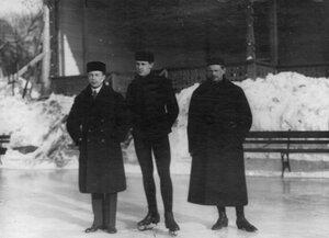 Группа участников состязаний (слева направо) К.А.Олло, Н.А.Панин-Коломенкин и А.И.Кревинг на катке в Юсуповом саду.